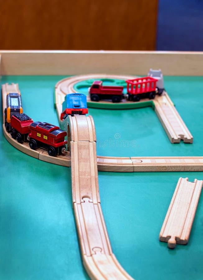 Sistema de madera del tren para los niños preescolares fotografía de archivo