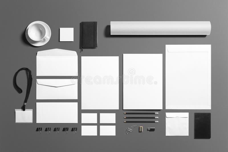 Sistema de marcado en caliente de los efectos de escritorio en blanco aislado en el fondo gris, lugar con su diseño fotografía de archivo libre de regalías
