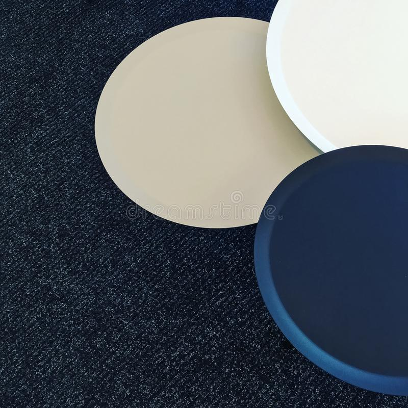 Sistema de mesas redondas en una moqueta imagenes de archivo