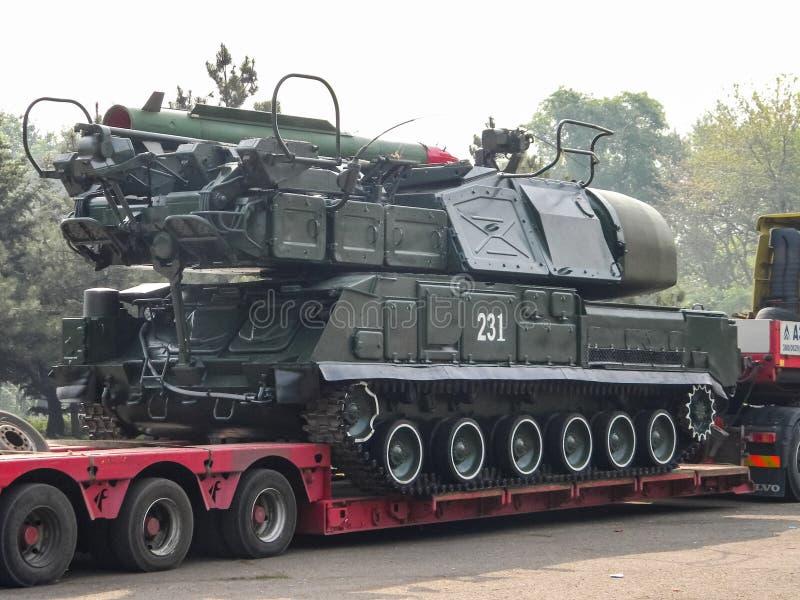 Sistema de misiles antiaéreo BUK, transporte de un vehículo de combate a través de la ciudad a la zona antiterrorista de la opera fotos de archivo libres de regalías