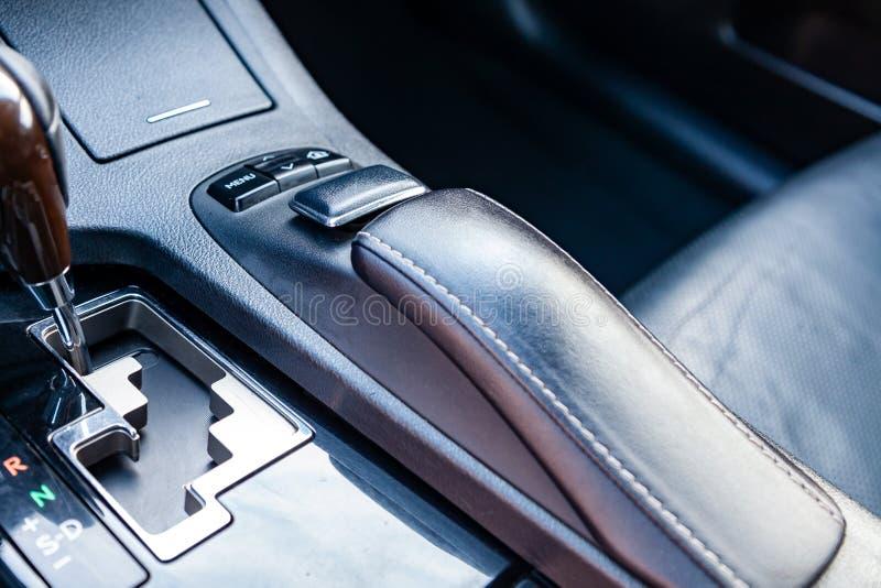 Sistema de multimédios com close-up da alavanca dos botões e do câmbio de marchas do controle na consola central na cor preta e m imagem de stock royalty free