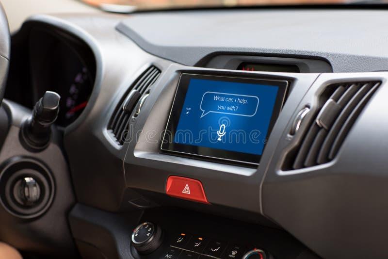 Sistema de multimedias con el ayudante personal del app en la pantalla en coche foto de archivo libre de regalías