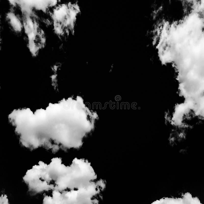 Sistema de nubes aisladas sobre fondo negro Elementos del diseño Nubes aisladas blanco Nubes extraídas recorte imágenes de archivo libres de regalías