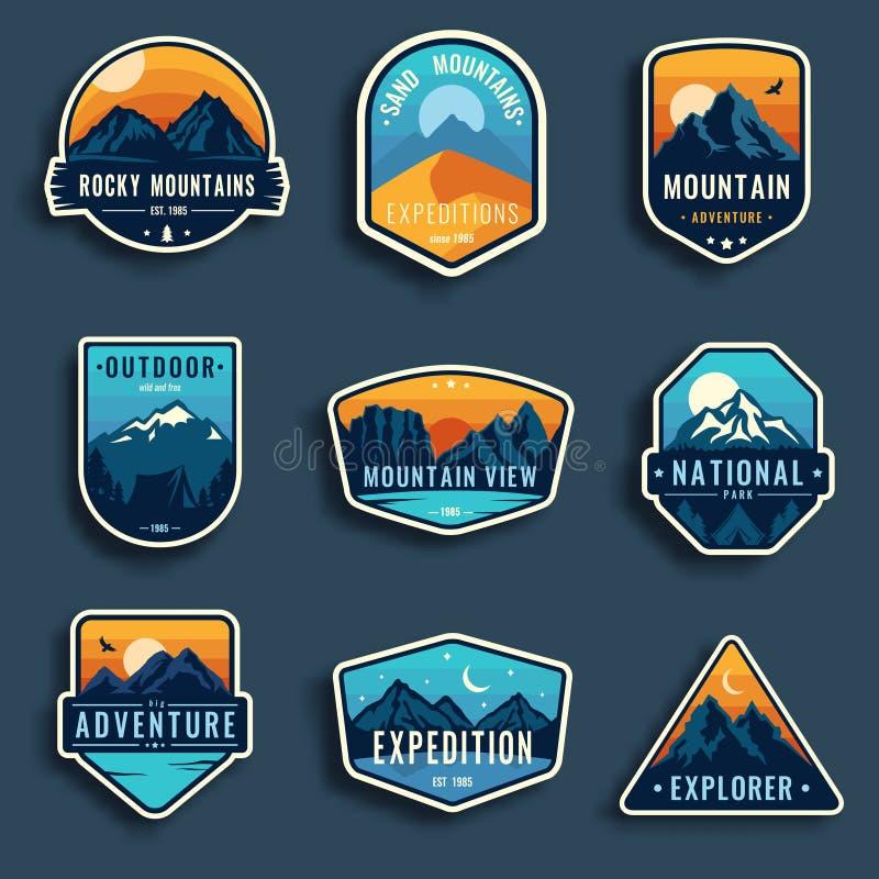 Sistema de nueve emblemas del viaje de la montaña Emblemas de la aventura, insignias y remiendos al aire libre del logotipo que a ilustración del vector