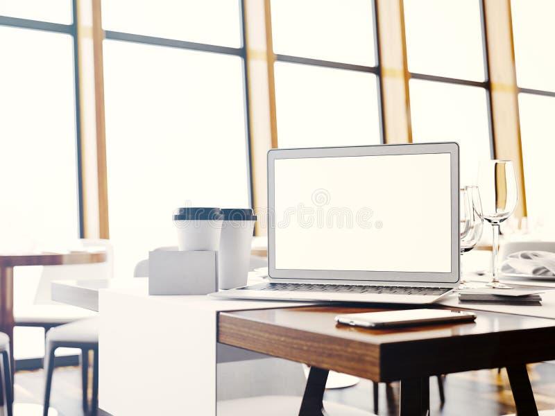 Sistema de ordenador portátil genérico del diseño, de businesscards, de smartphone y de tazas en blanco del coffe en la tabla en  foto de archivo