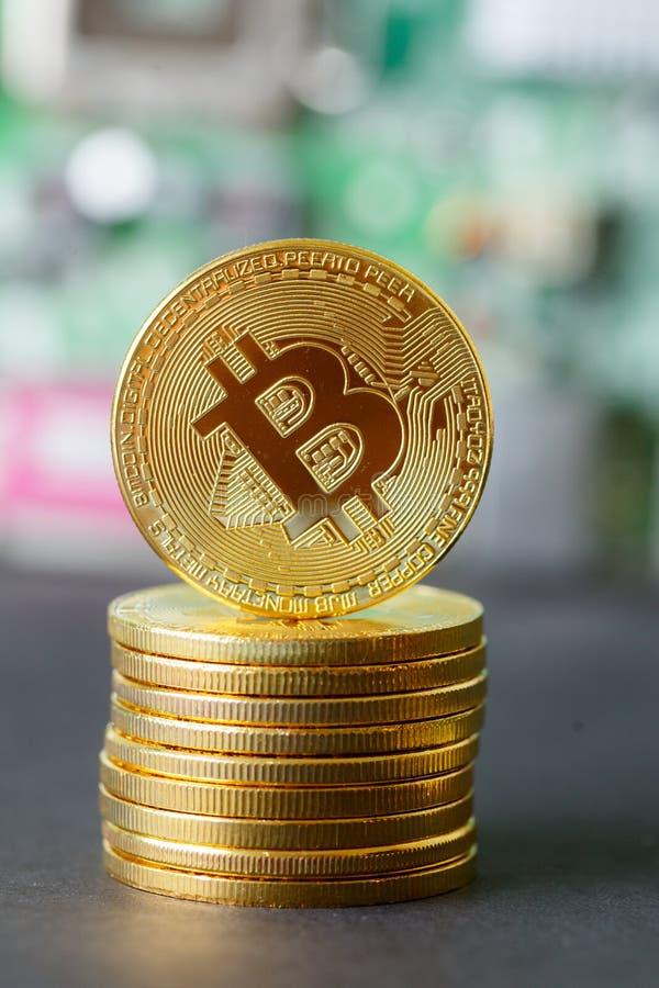 Sistema de oro del banco de Cryptocurrency de la pila de Bitcoin imágenes de archivo libres de regalías