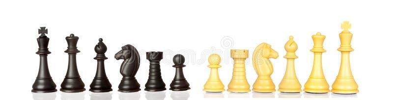 Sistema de pedazos de ajedrez blancos y negros ilustración del vector