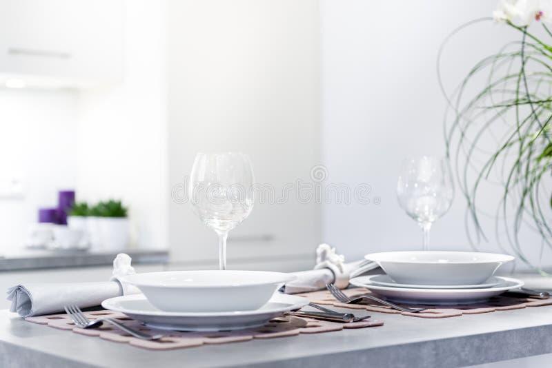 Sistema de placas de cena en cocina moderna fotos de archivo libres de regalías