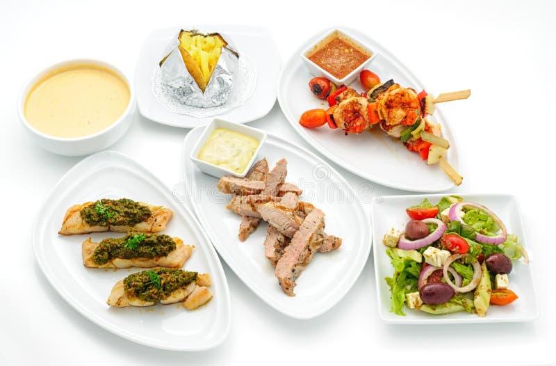 Sistema de platos internacionales dispuestos para abastecer foto de archivo libre de regalías