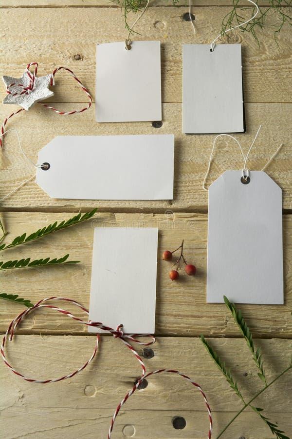 Sistema de precios de papel vacíos, fondo de madera imagen de archivo libre de regalías