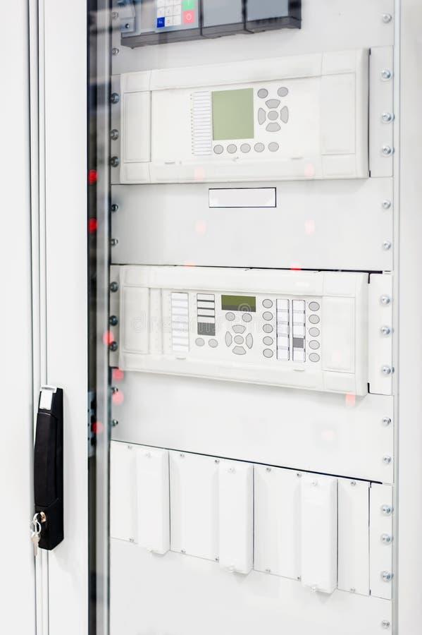 Sistema de proteção do relé Unidade de controle da baía Interruptor médio da tensão imagens de stock