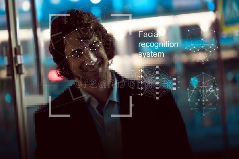 Sistema de reconocimiento facial, concepto Hombre joven en la calle, reconocimiento de cara imágenes de archivo libres de regalías