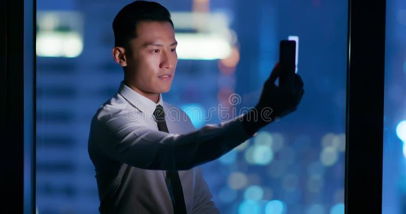 Sistema de reconocimiento facial del uso del hombre fotografía de archivo libre de regalías