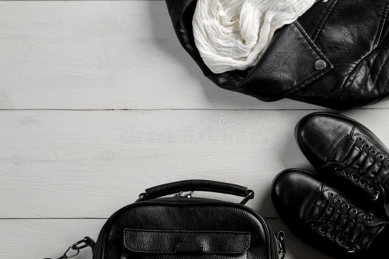 Sistema de ropa elegante del ` s de las mujeres negras, complementos del ` s de las mujeres, estilo negro, en el fondo de madera  fotografía de archivo libre de regalías