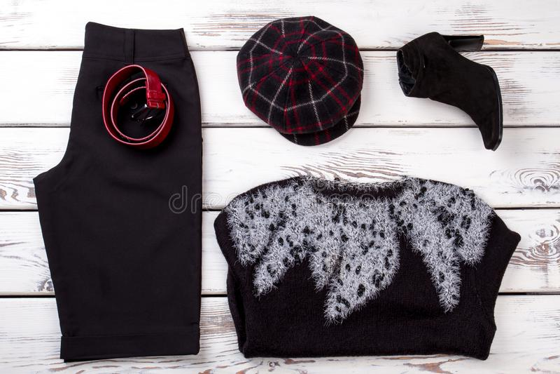 Sistema de ropa sofisticada elegante de las mujeres, endecha plana imagenes de archivo