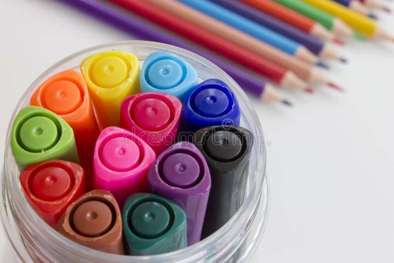 Sistema de rotuladores multicolores, muchos pensils borrosos coloridos en fondo Diseño del arte del dibujo de la oficina y de la  foto de archivo