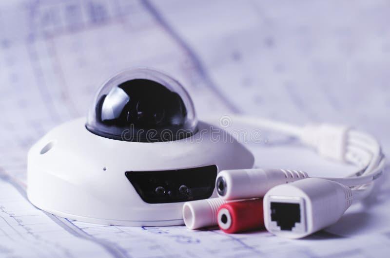 Sistema de segurança da câmera do CCTV Securityt video em uma tabela Bom para o local da empresa de engenharia do serviço da segu imagens de stock