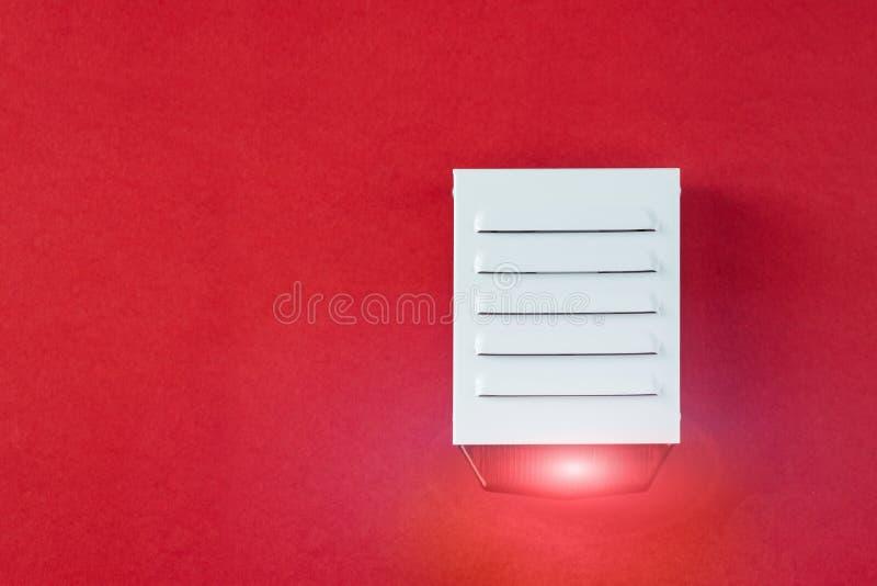 Sistema de seguridad contra incendios en un fondo rojo de un espacio de la copia imágenes de archivo libres de regalías