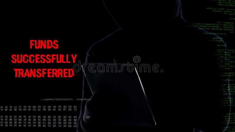 Sistema de seguridad criminal en la tableta, transferencia de fondos ilegal del banco del cierre fotografía de archivo libre de regalías