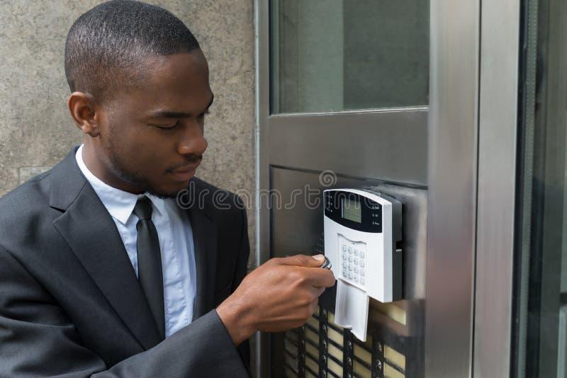 Sistema de seguridad de Entering Code In del hombre de negocios fotografía de archivo libre de regalías