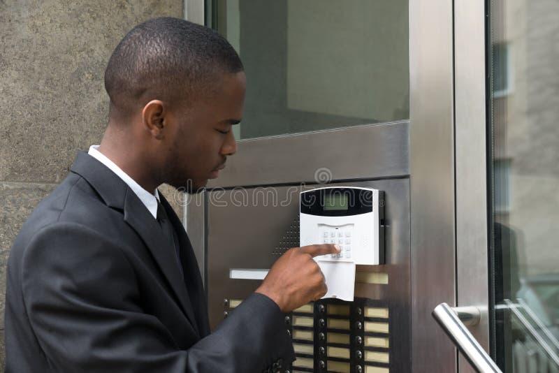 Sistema de seguridad de Entering Code In del hombre de negocios fotos de archivo libres de regalías