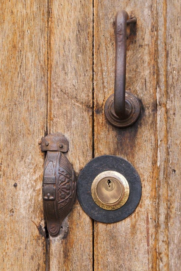 Sistema de seguridad de la puerta, llave del metal, única, símbolo de la propiedad privada en América latina imagen de archivo
