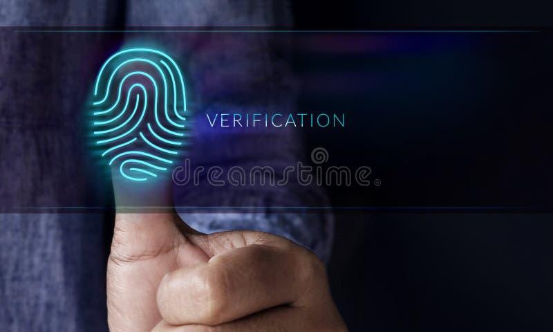 Sistema de seguridad por concepto de la verificación, hombre que presiona Fingerprin fotografía de archivo libre de regalías