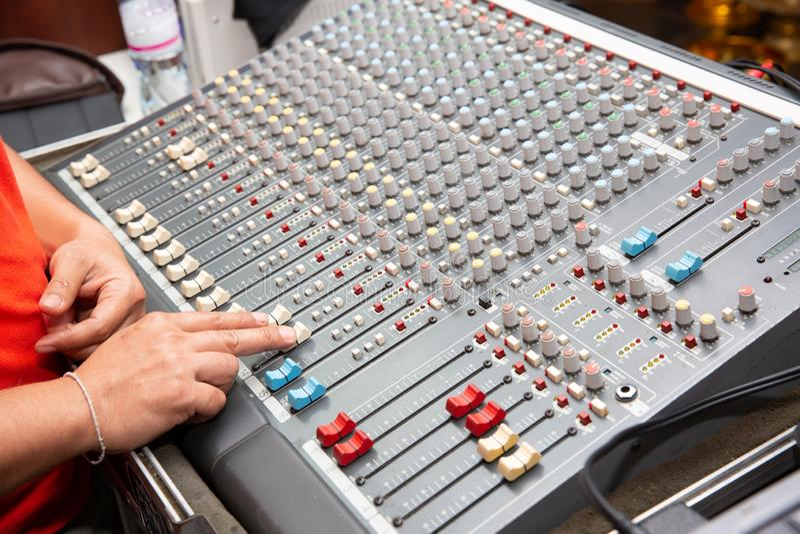 Sistema de sonido por el equalizador del mezclador en pasillo del concierto o de la boda imágenes de archivo libres de regalías