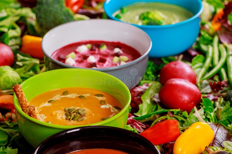 Sistema de sopas de las cocinas mundiales, comida sana Sopa poner crema con las setas, sopa roja del tomate, sopa del bróculi, so fotos de archivo libres de regalías