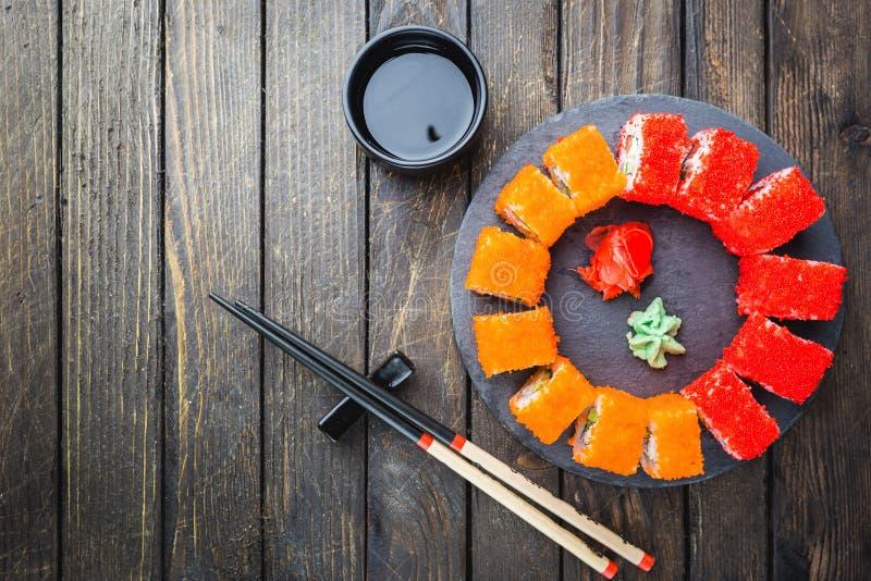 Sistema de sushi o de rollo del maki foto de archivo