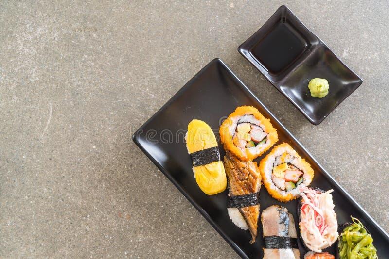 Sistema de sushi y de rollo del maki fotografía de archivo