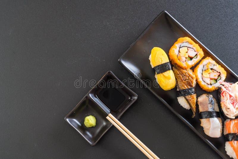 Sistema de sushi y de rollo del maki imagen de archivo libre de regalías