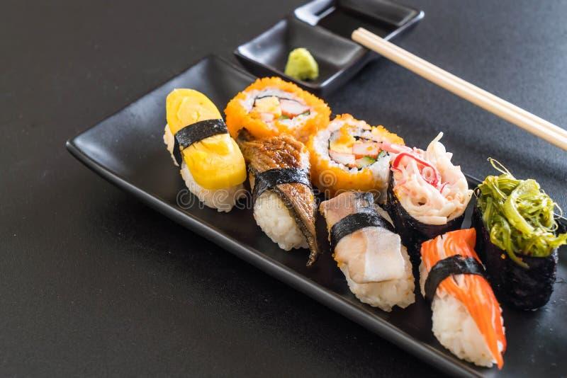 Sistema de sushi y de rollo del maki foto de archivo libre de regalías