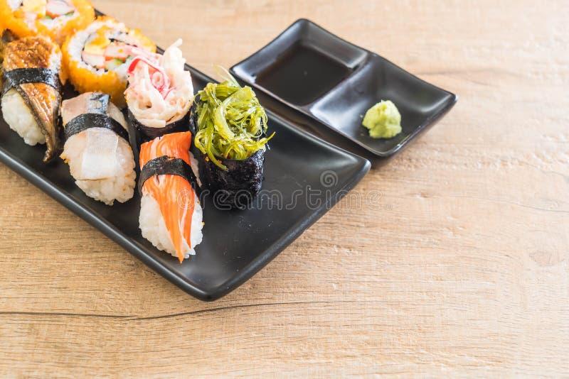 Sistema de sushi y de rollo del maki imagenes de archivo