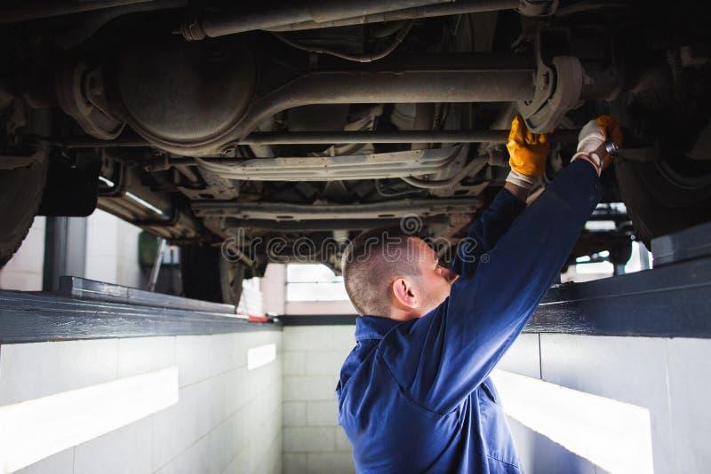 Sistema de suspensão de restauração de SUV na garagem fotos de stock