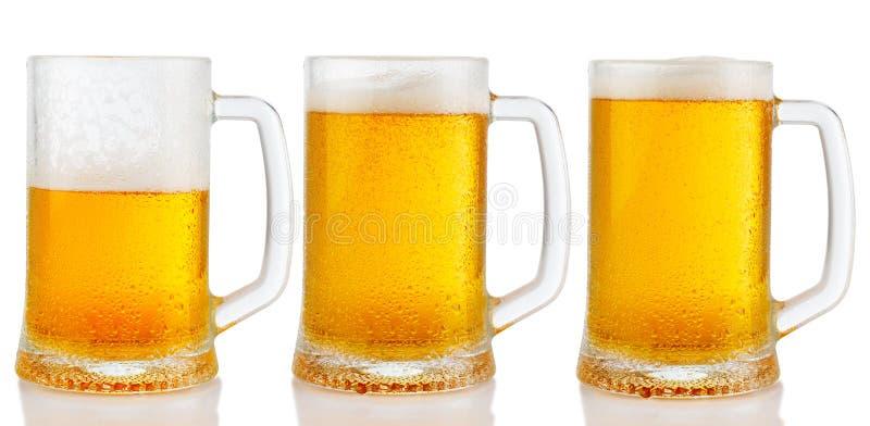Sistema de tazas de cerveza ligera fría fotos de archivo