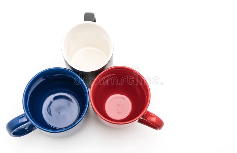 Sistema de tazas negras, rojas y azules en blanco imagenes de archivo