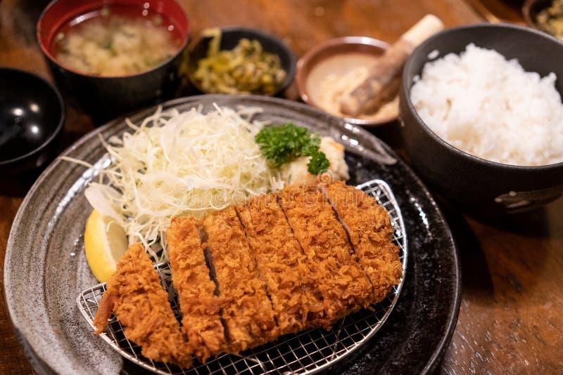Sistema de Tonkatsu, cerdo frito, comida japonesa tradicional imagen de archivo
