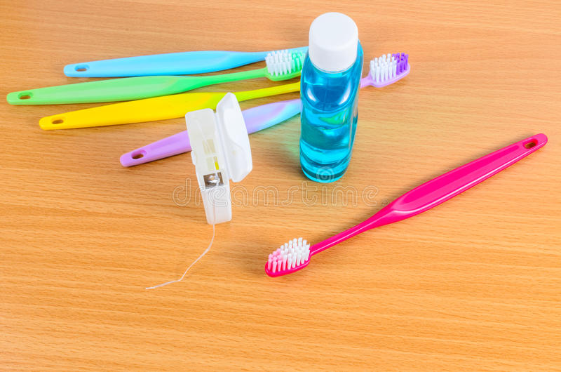 Sistema de toothbrushs coloridos con seda dental fotografía de archivo