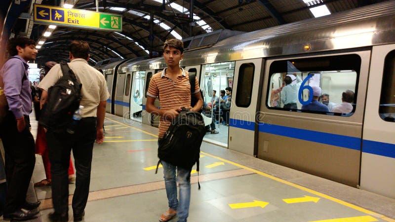 Sistema de transporte do metro do trilho do metro de Nova Deli imagens de stock