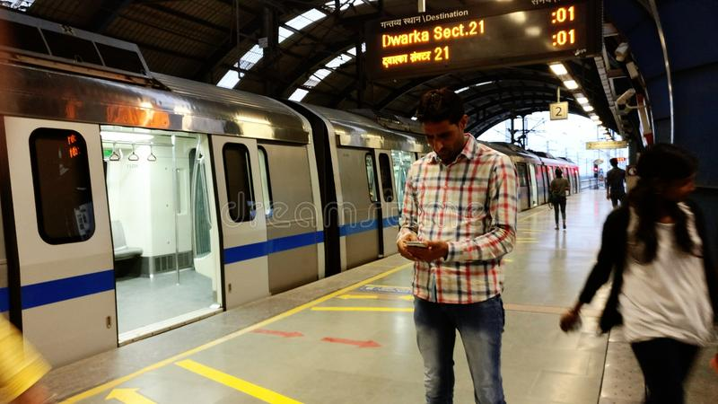 Sistema de transporte do metro do trilho do metro de Nova Deli imagem de stock royalty free