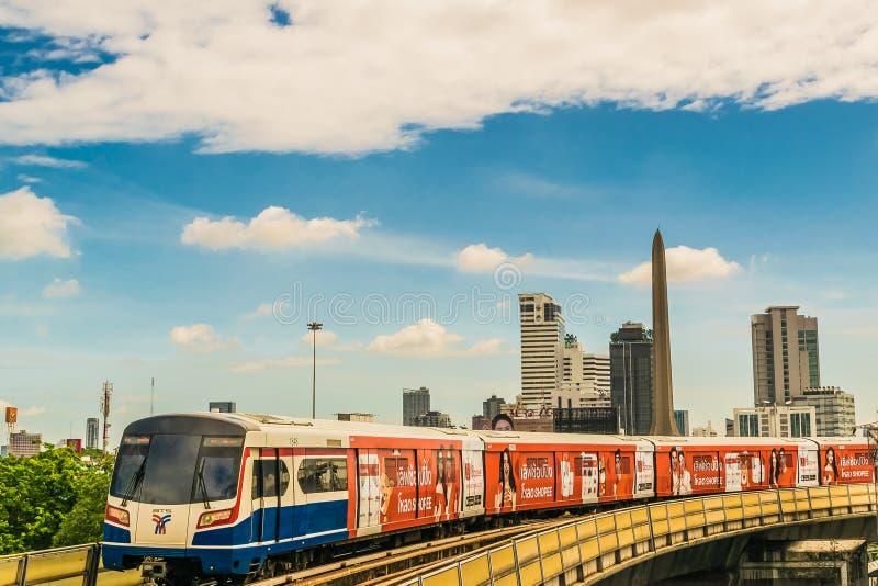Sistema de transporte público del tren de cielo del BTS en Bangkok a ayudar a facilitar y a apresurar el viaje imagenes de archivo