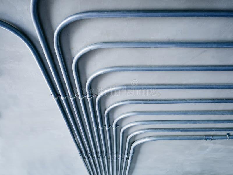Sistema de tubo de la electricidad en la pared del cemento imágenes de archivo libres de regalías