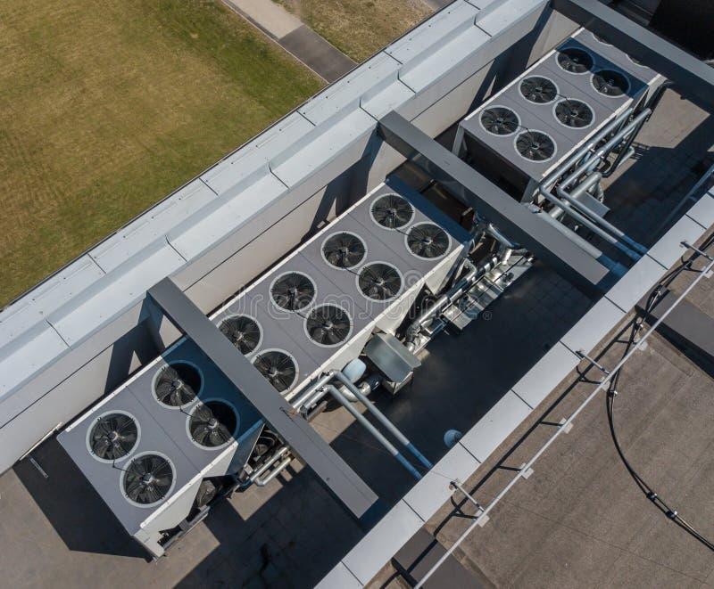 Sistema de ventilación en el tejado del edificio, HVAC imagen de archivo
