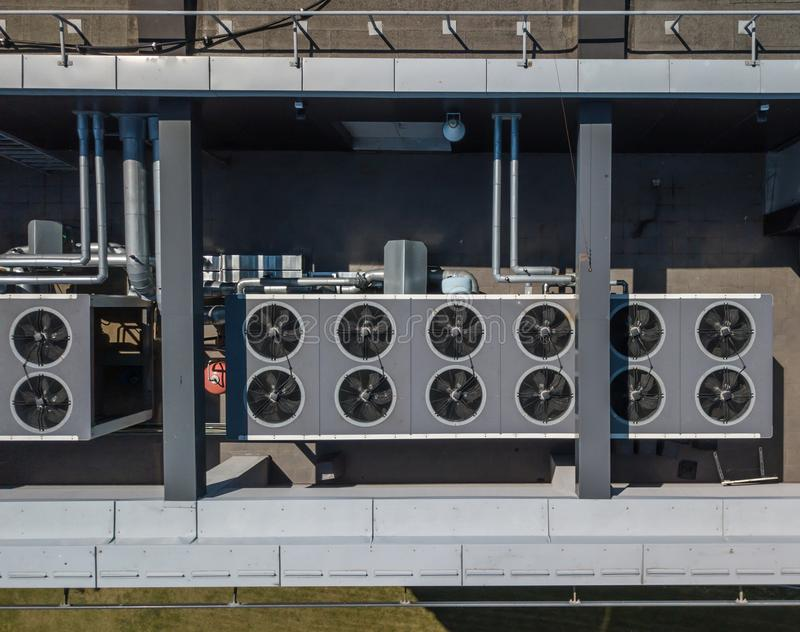 Sistema de ventilación en el tejado del edificio, HVAC fotografía de archivo libre de regalías