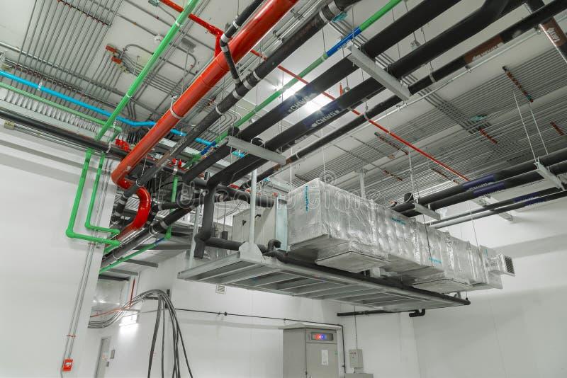 Sistema de ventilación y sistemas de tubo instalados en buil industrial fotos de archivo libres de regalías