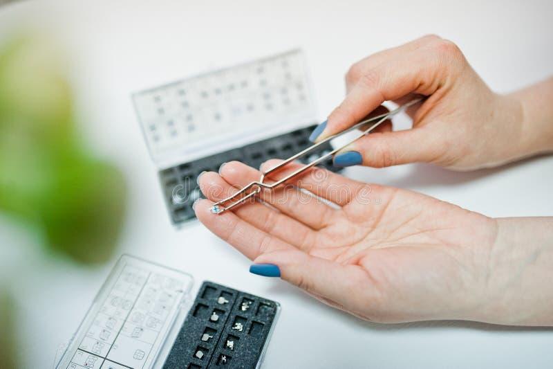 Sistema dei sostegni dentari all'ufficio del dentista fotografia stock libera da diritti
