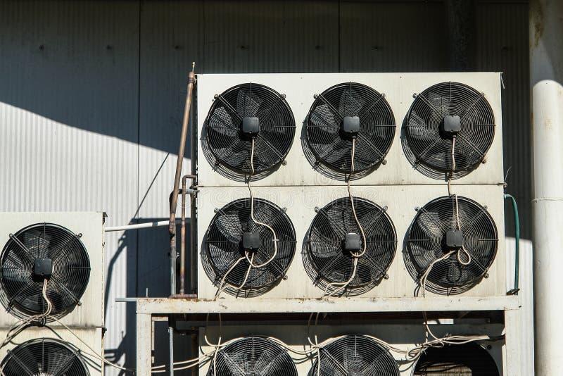 Sistema del aire acondicionado y del refrigeretion fuera de unidades - compresores y condensadores imagenes de archivo