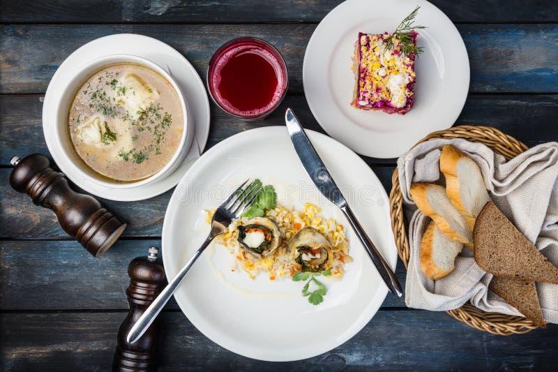 Sistema del almuerzo El pescado rueda con arroz, sopa y ensalada rusa tradicional con los arenques foto de archivo libre de regalías