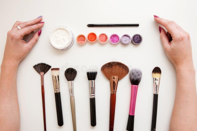 Sistema del artista de maquillaje Cepillos, polvo, pigmentos fotos de archivo libres de regalías
